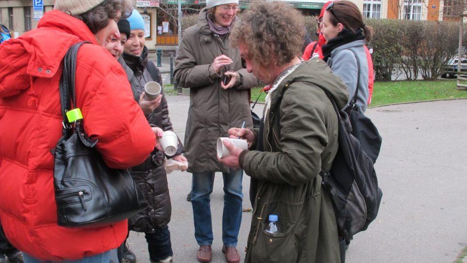 Honza Badalec podepisuje kelímky na svařák