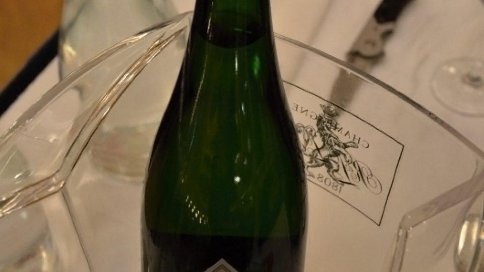 Champagne Hommage - lahev je opatřena provázkem, nikoliv drátěným košíčkem