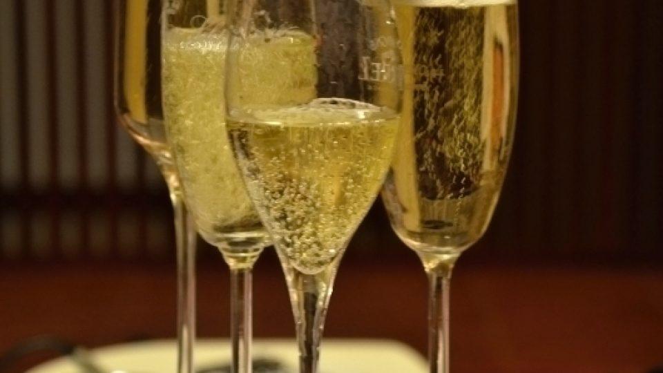 Pokud naléváte šumivé víno tímto způsobem, zbytečně se připravíte o bublinky
