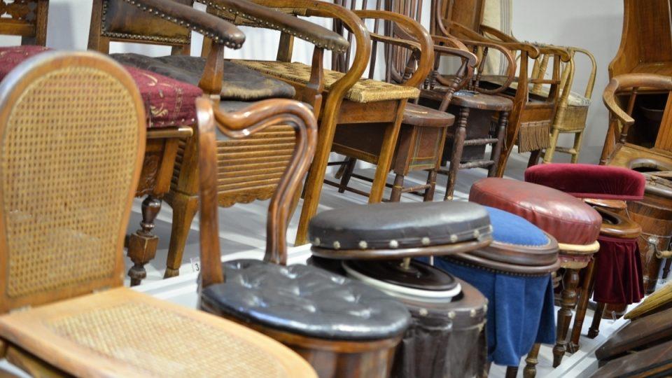 V muzeu uvidíte toaletní truhlice, křesla, židle nebo taburetky