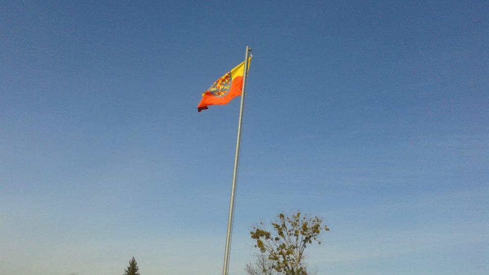 Nad přístavem vlaje moravská zástava