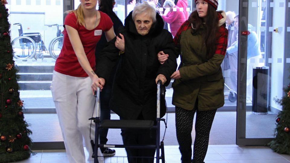 Se stěhováním seniorů pomáhali nejen zaměstnanci domova, ale i studenti bechyňské střední umělecko-průmyslové školy