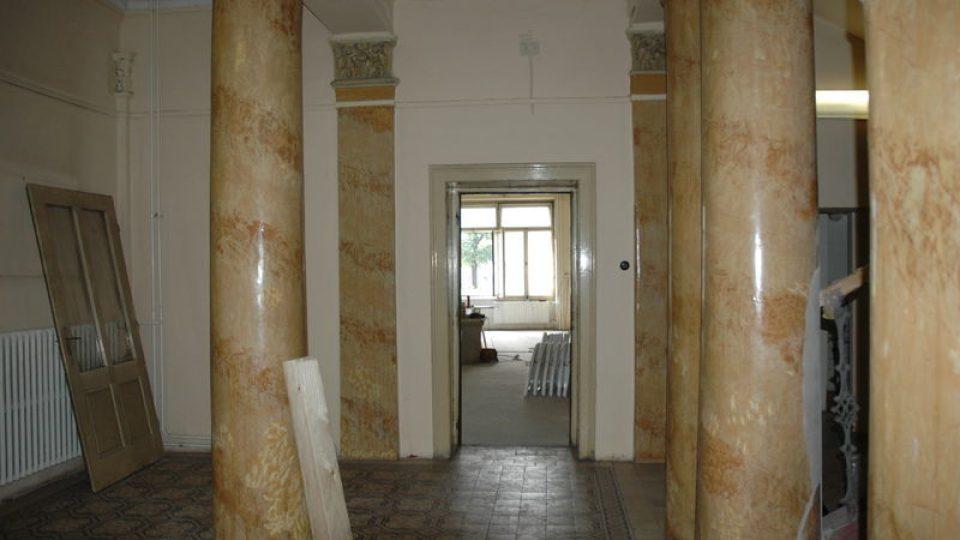 Sloupová síň zámečku před rekonstrukcí - rok 2006