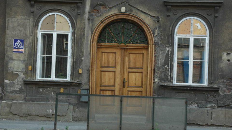 Omšelá zámecká brána - stav před rekonstrukcí v roce 2006