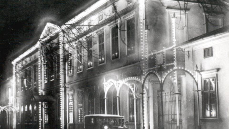 Světly rozzářený zámek v dobách své slávy - rok 1930