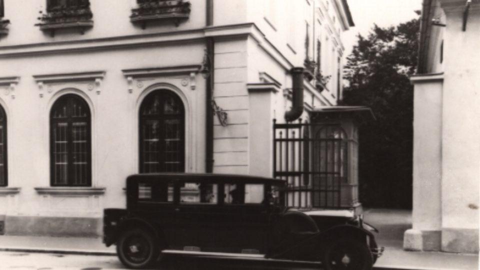 Kočár tažený koňmi nahradil před zámkem automobil - rok 1927