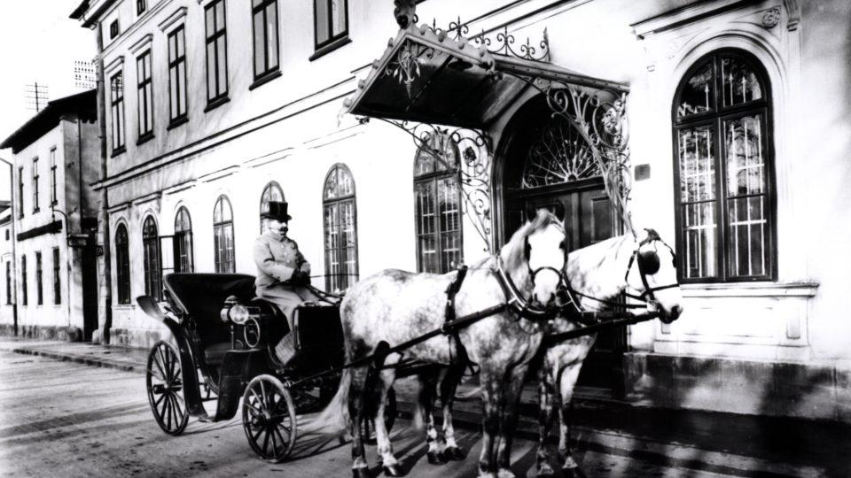 Rok 1915 - čekání na pána - pohled z dnešní ulice Výstavní
