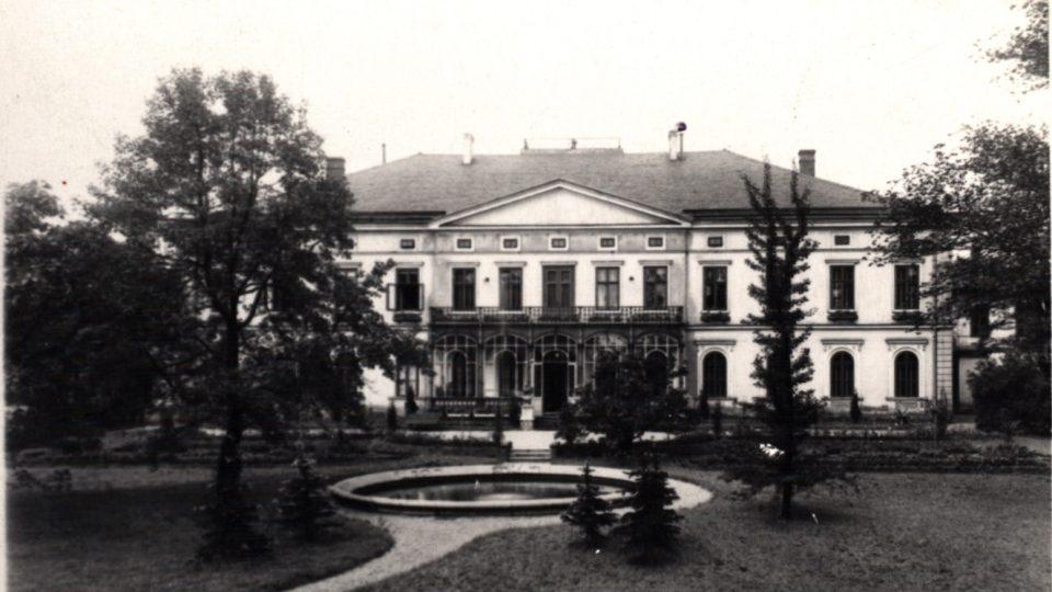 Rothschildův zámeček s částí zahrady a jezírkem - rok 1918