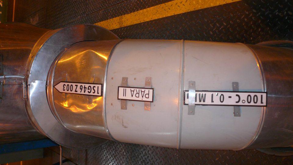 Zajímavost - na každém potrubí je uvedeno, co v něm proudí