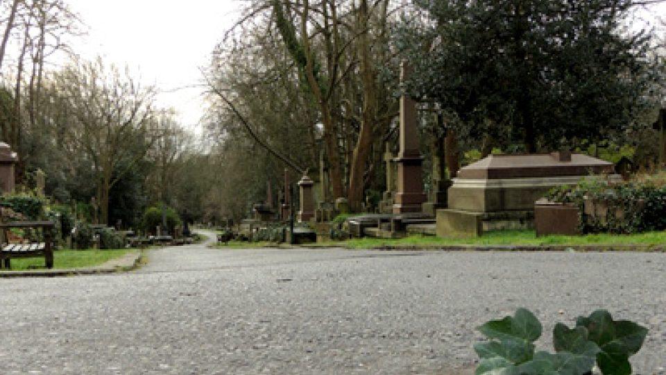 Hrob německého filozofa se tam stal pro některé atrakcí, pro jiné zas vyhledávaným poutním místem