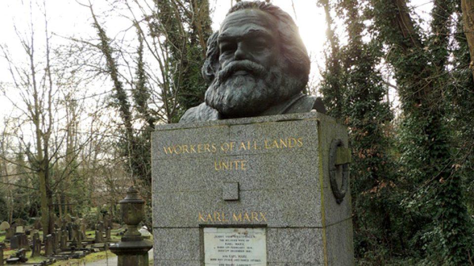 Karl Marx tu má pomník, ze kterého vyrůstá obří bronzová busta. Jejím autorem je socialistický sochař Laurence Bradshaw