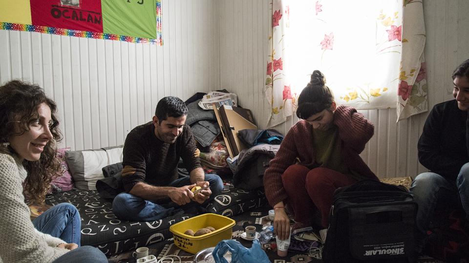 Meral Ozdemir (na fotce vpravo), studentka z Istanbulu, která jako jedna z mnoha dobrovolníků pomáhá se správou tábora