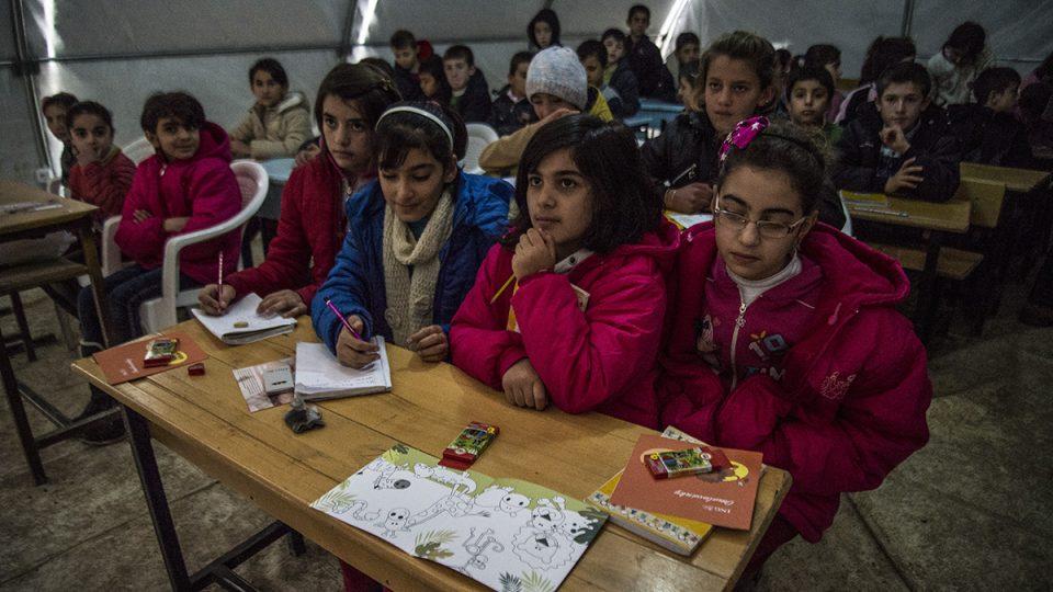 Škola v uprchlickém táboře. Adam Trcala dovezl místním dětem bonbóny, pastelky a omalovánky