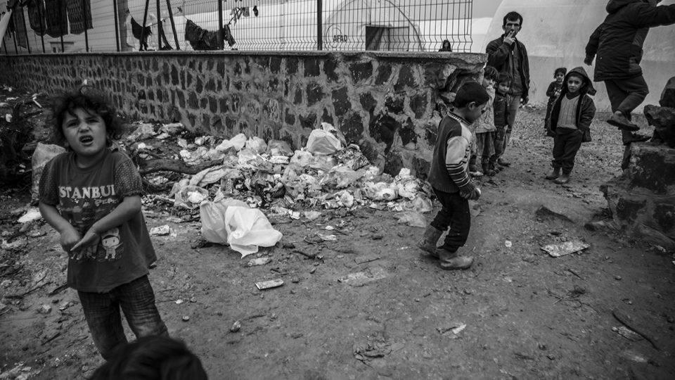 V takových podmínkách žijí děti v uprchlickém táboře