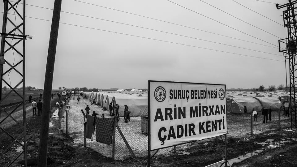 V uprchlickém táboře Arin Mirxan je údajně až 6000 lidí