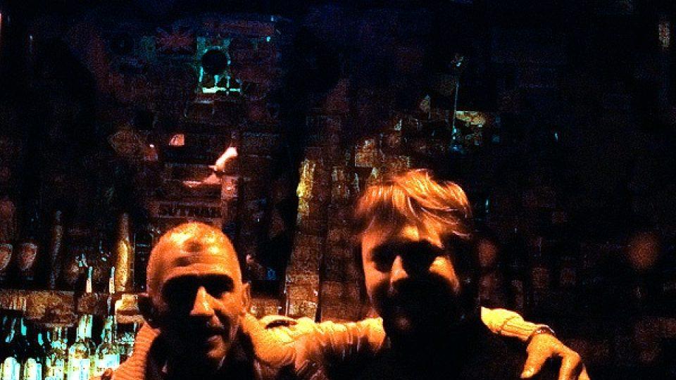 Majitel a barman Alí s autorem reportáže