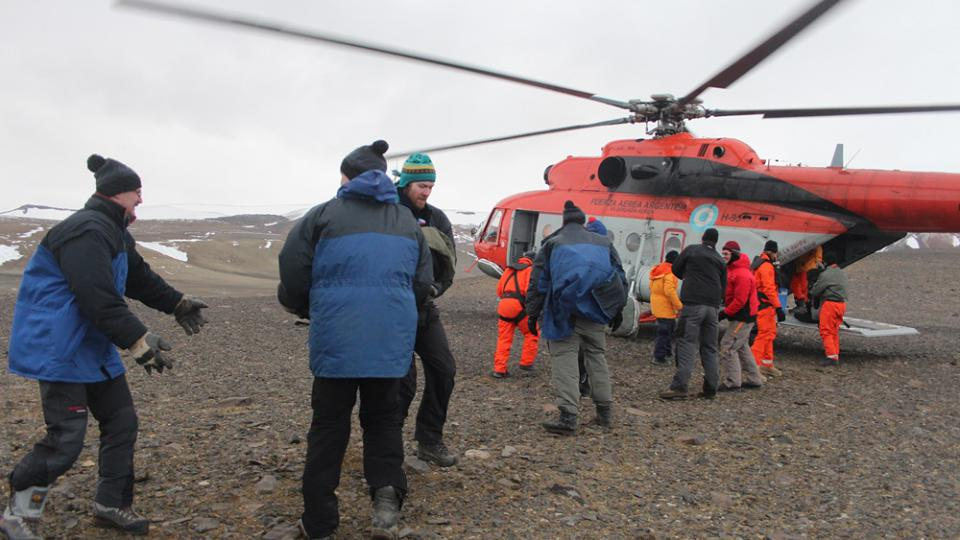 Vyložení nákladu poblíž stanice J. G. Mendela se účastnili všichni členové expedice i posádka vrtulníku MI-17 argentinského vojenského letectva