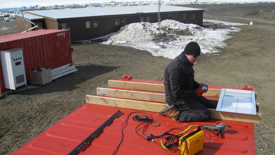 Ihned po zprovoznění stanice začíná práce na vědeckých úkolech. Instalace expozičních panelů pro sledování odolnosti pokročilých umělých hmot proti extrémním dávkám UV záření na střeše technického kontejneru stanice J. G. Mendela