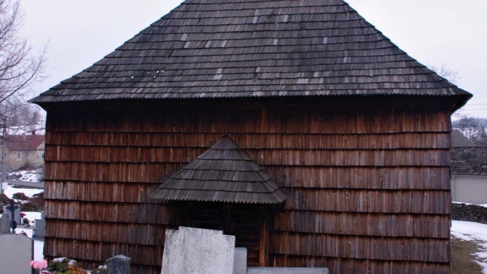 Kostel obklopuje malý hřbitov