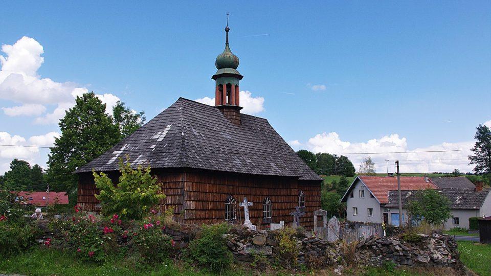 Ohradní zeď kostela v létě doslova rozkvétá