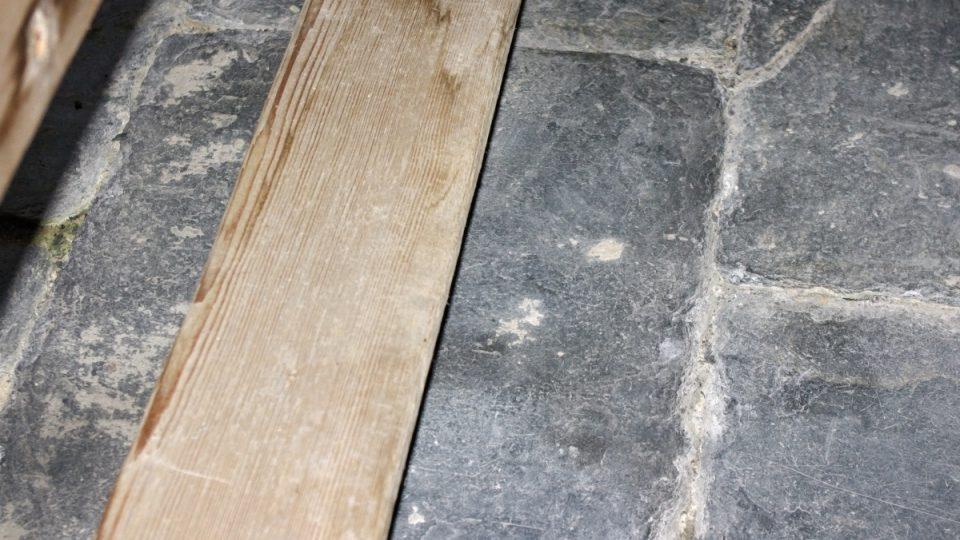 Pod lavicemi se dodnes nachází původní dlažba z místní břidlice