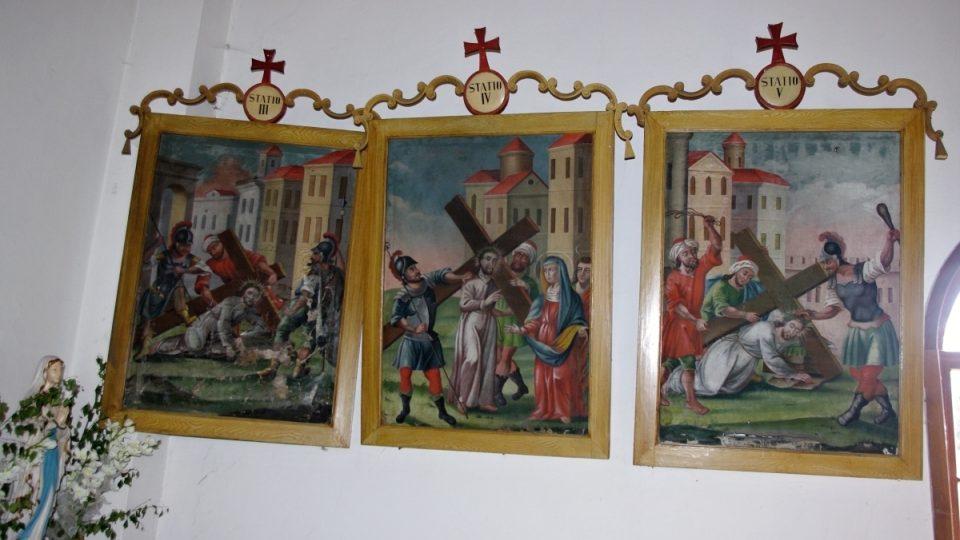 Součástí interiéru kostelíka je unikátní Křížová cesta
