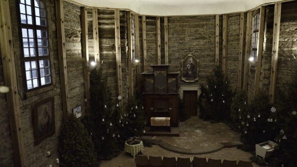 Současný interiér kostela a varhany v místě oltáře