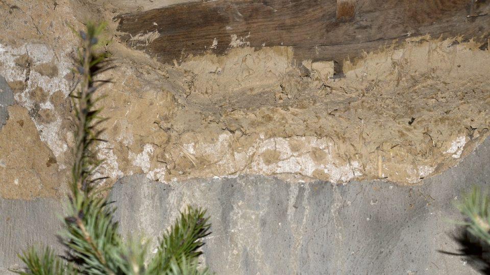 V části interiéru je ukázka omítky, která zakrývala roubenou konstrukci kostela