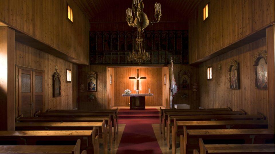 Do kostelních lavic se vejde asi 75 věřících