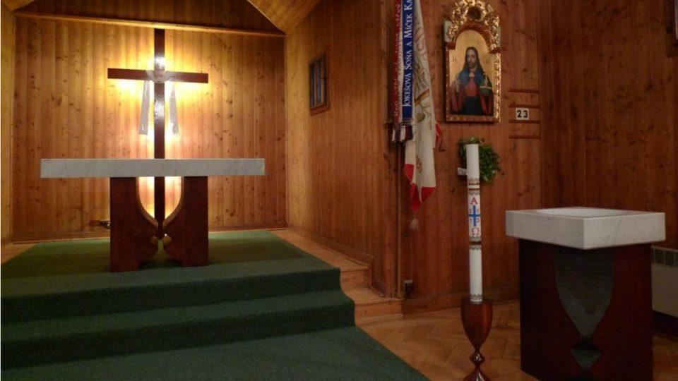 Oltářní stůl a křtitelnici se nechali Blanenští vyrobit teprve předloni