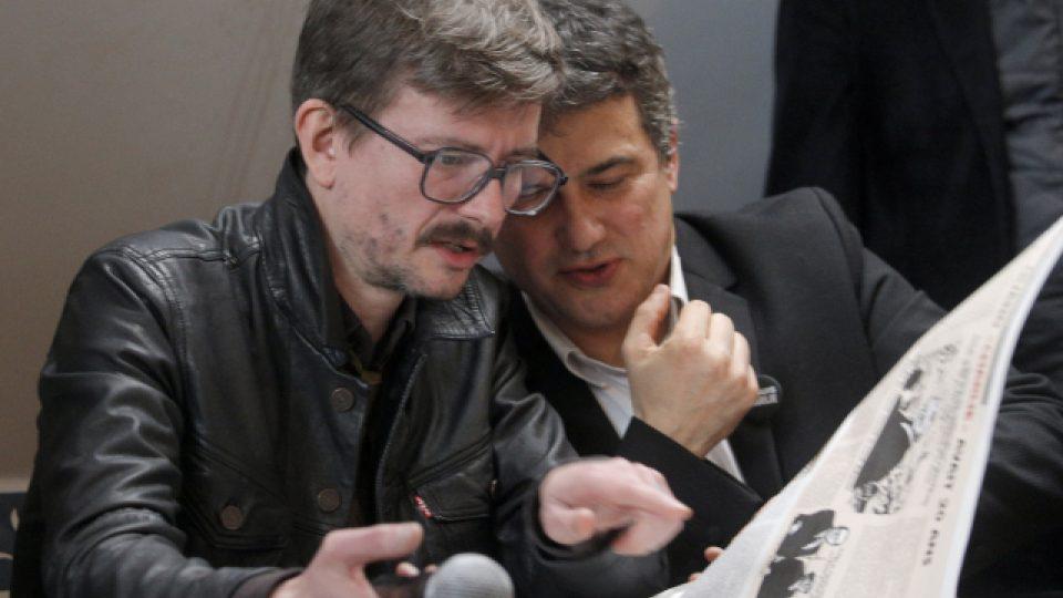 Autorem karikatury na obálce Charlie Hebdo je Renald Luzier přezdívaný Luz (vlevo). Na snímku je spolu se sloupkařem magazínu Patrickem Pellouxem na úterní tiskové konferenci