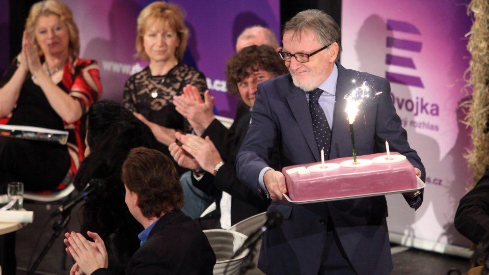 Generální ředitel Českého rozhlasu Peter Duhan předal Toboganu dort