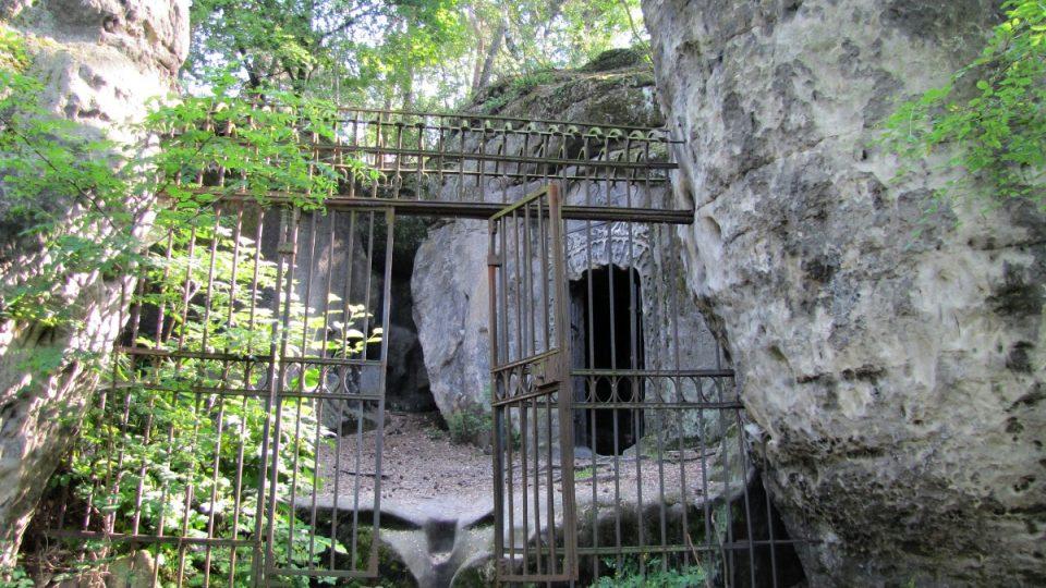 Areál jeskyně Klácelka a v pozadí vchod do jeskyně