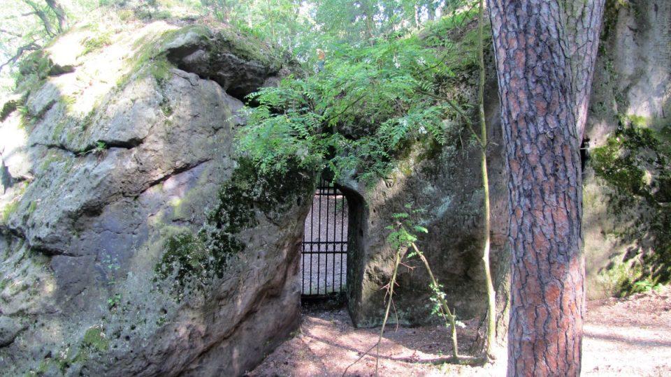 Jeden ze tří vchodů do areálu jeskyně Klácelka