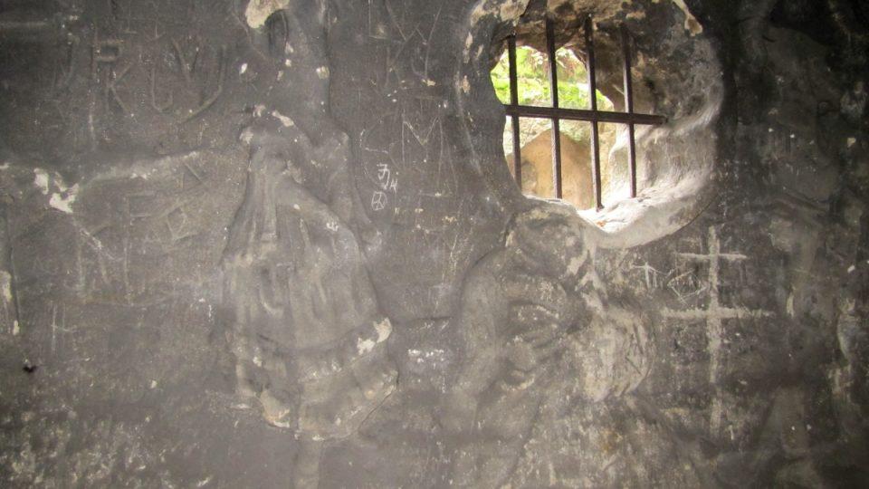 Okénko a reliéfy v Jeskyni Klácelka