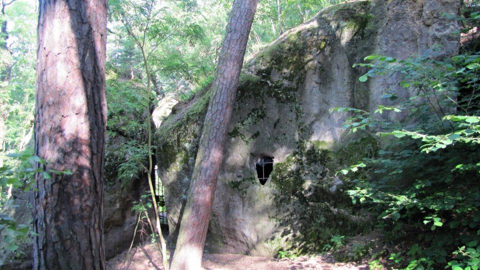 Pískovec, ve kterém byla vydlabána jeskyně Klácelka z venkovní strany
