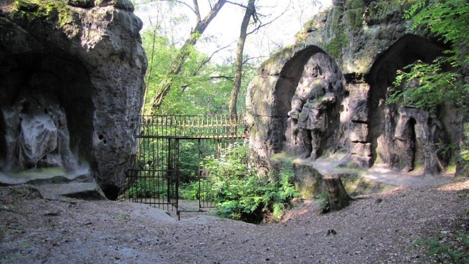 Prostranství mezi pískovci před jeskyní a vchod do objektu