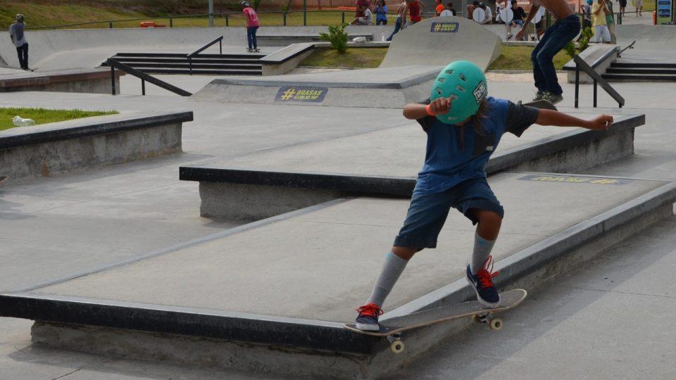 Devítiletý Joao Susso zkouší svůj trik. Do skateparku ho vozí tatínek autem