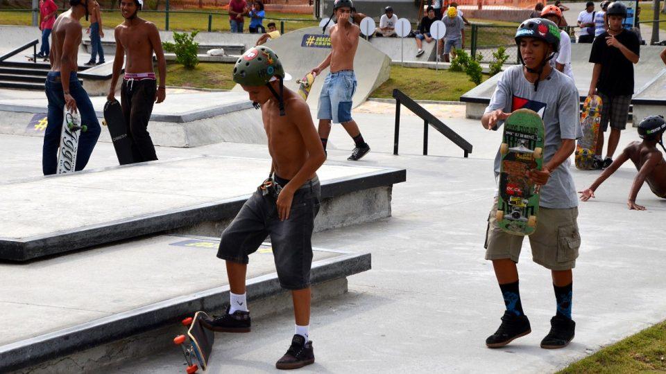 Všichni skateboardisti mají na hlavě helmu. Vstup je volný, ale pravidla se tu dodrżují
