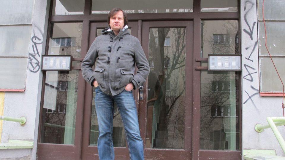 Znalec Prahy Petr Ryska před domem prvního pražského sídliště