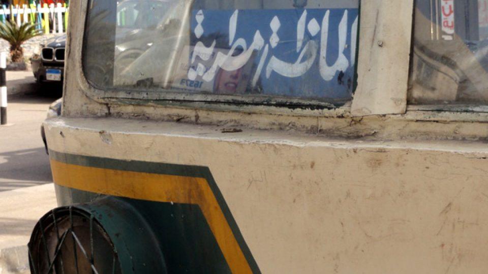 Číslo linky v okně tramvaje