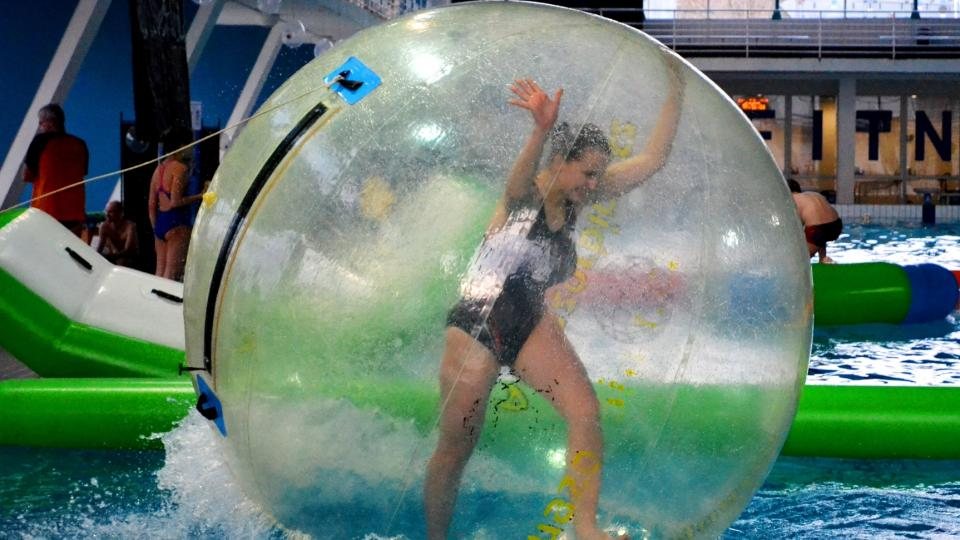 Světluška uspořádala Plavání POTMĚ na podporu Mirka Smrčky