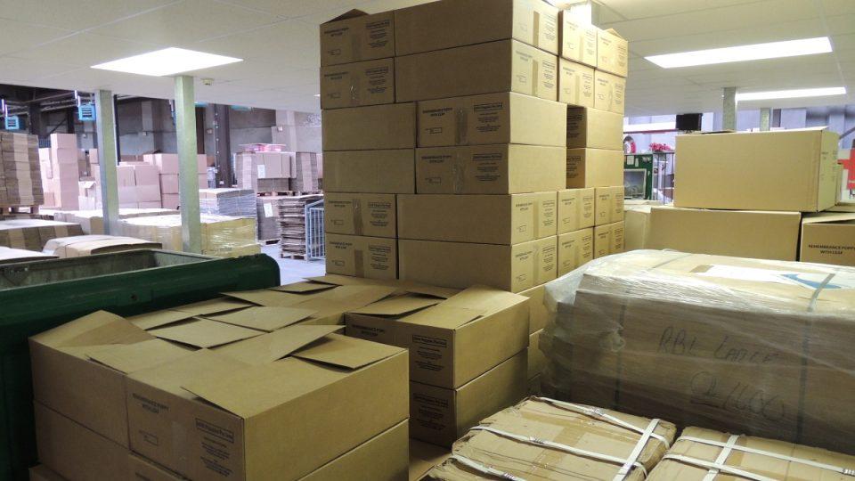 V každé z těchto krabic je 10500 květů vlčích máků (čekajících na zkompletování)