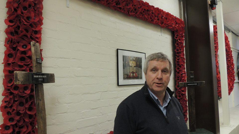 Bill Kay před speciálním věncem, který továrna vyrábí pro Westminsterské opatství
