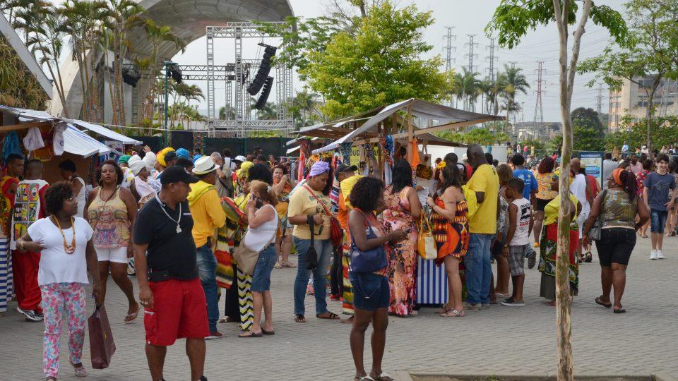V parku se pořádají trhy, a u pódia také hudební produkce