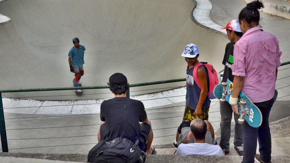 V skateboardové dráze zvané bowl mohou návštěvníci volně trénovat
