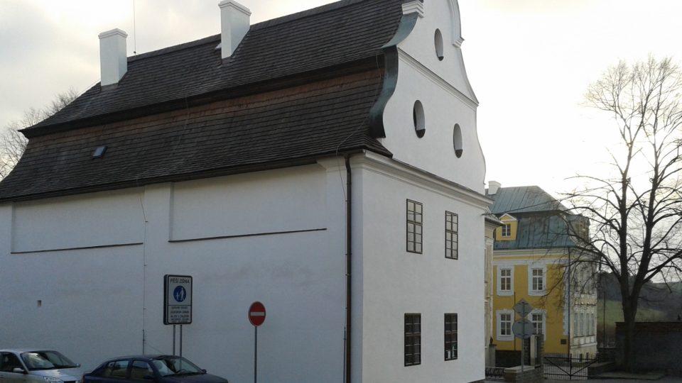Sídlo muzea - barokní dům z poloviny 18. století. Muzeum těsně sousedí se zámkem (od náměstí za muzeem vpravo)