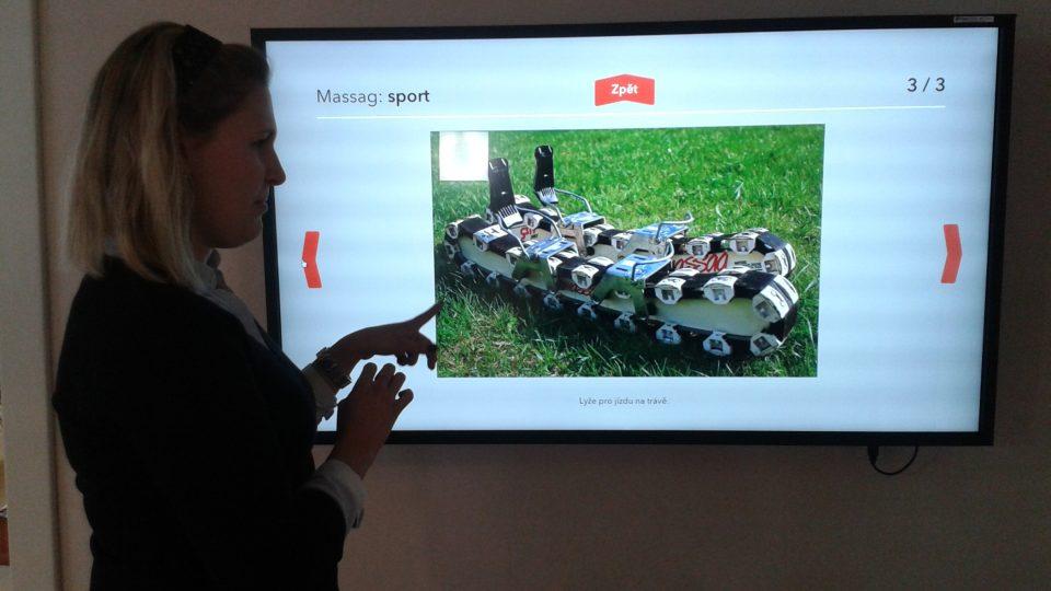 Vedoucí muzea Eva Ševčíková u interaktivní obrazovky