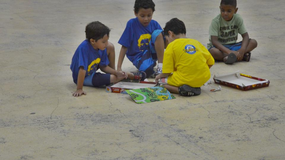 V přestávce si kluci ze školky Tijuquinha na betonovém parketu hrají hry
