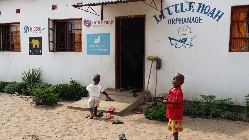 I za málo peněz se dají udělat velké věci. O tom se přesvědčil náš reportér v Zambii. O malé sirotky se tam starají i díky české pomoci místní mladí manželé